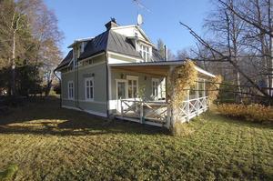 Sekelskiftesgård med två garage, härbren och timmerbyggnad i Anundgård för 850 000 kronor. Totalt 19,1 hektar tomt och egen brygga vid Holmsjön. Huset säljs med en friskrivningsklausul.