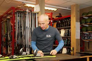 Stefan Eriksson, ordförande i Kumla skidförening, stod i skiduthyrningen på KVarntorpsbackens premiärdag.