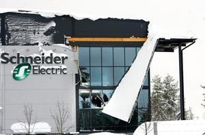 I början av februari gav entrétaket på lagerbyggnaden vika för den tunga snön.