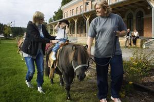 Tvååriga Veronica Onelius satt för första gången i livet på en livs levande liten häst. Foto: Anders Ylander