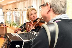 Amus Kerstin Andersson och Bertil Skeri var samspelta och bjöd på förstaklassig underhållning.