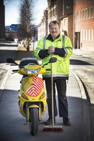 Sven-Ingvar Juliusson är 47 år.    – Jag vill inte sitta inomhus, jag vill jobba på vägen, säger han.