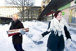 Ställde upp. Kompisarna Nanna Gothe och Rebecka Eriksson var på väg ner till stan när de i stället hamnade i ledet av tyglangare.