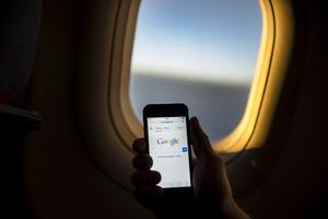 Det är fritt fram för mobiler på hela flygningen nu, och finns det dessutom wifi ombord är det bara att surfa loss bland molnen.