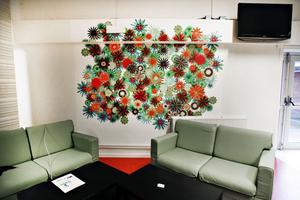 soffhörna. Fototapet med blommor och skön soffgrupp på Sandviken bingo.