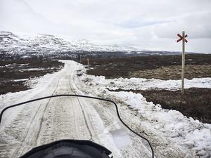 Ner mot Ljungdalen hade massvis med snö körts på för att kunna hålla leden öppen.