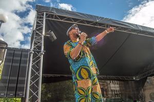 Det var artisten Kaliffa som drog igång festen på Stora Torget under fredagseftermiddagen.