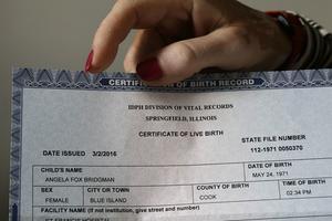 Angela Bridgman, transsexuell i North Carolina, behöver ha med sig födelsecertifikatet för att visa att hen är född kvinna efter