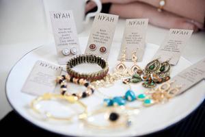 Smyckena tillverkas i Kina, etiketterna tillverkar hon själv och hemsidan har gjorts av en tjej i Filipinerna. Men i framtiden hoppas Jenny Arvidsson att hon ska ha råd att anlita lokala företag.