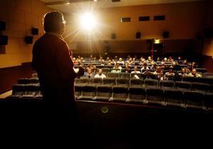 Ordförande Leif Björklund förklarade för publiken att bion har en alldeles särdeles ljudanläggning.