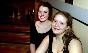 """TRÖTTA. Efter 16 timmars dansande har man rätt att vara lite trött. """"Det gör ont i fötterna"""", säger kompisarna Frida Larsson, 20, från Söderhamn, och Jennie Hedblom, 20, från Bollnäs.Foto: Catharina Hugosson"""