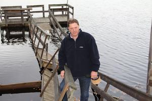 Janne Wahlman vill att kommunen rustar både vid Kyrktjärn i Alfta och Gamla landsvägen utanför Edsbyn. Nu har även badbryggan vid Nabban kollapsat, konstaterar han.