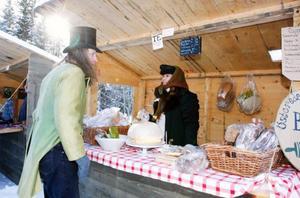 Ravensmartnen, en traditionell och gammaldags marknad i Pålgård precis utanför Hammarstrand, lockade en hel del folk ut i det härliga lördagsvädret. Här Rune Fridh i arrangerande Kyrkslättens byförening, som var stiligt iförd kläder i gammaldags stil liksom Annika Näsström från Österede gårdsbageri som bland annat sålde tunnbröd och surdegsbröd.