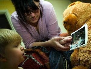 Hjärtsjuk. Ulrica Ahl och sonen Anton tittar på bilder från när han var liten bebis och skulle hjärtopereras för första gången.