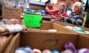 Systrarna Karin Hellmark och Ulla Borg gillar båda att sticka. Marknader är väldigt bra tillfällen att fylla på garnförråden eftersom man kan hitta både billiga och lite udda garner, berättar de.
