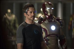 """Högteknologisk lekstuga. Tony Stark (Robert Downey Jr) levererar både sarkasmer och prylar av senaste modell i """"Iron Man 3""""."""