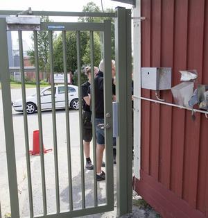 Härnösandsföretaget Nylunds lås installerade under torsdagen en ny låsanordning vid infarten till hammen.