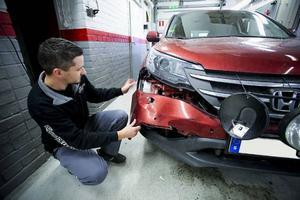 Danne Engberg på Bilskadecenter i Lugnvik visar upp skadorna efter en kollision med ett rådjur.