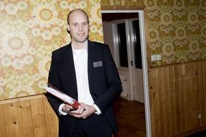 Många intresserade. Mäklaren Jonas Östblom visar ett hus i Olsbacka.