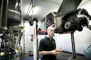 Här töms bilarna på alla vätskor och annat som är miljöfarligt, berättar Marcus Norgren.
