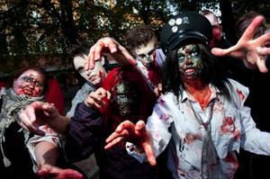 Särskilt många var de inte, men nog så skräckinjagande. Upp emot ett 20-tal personer deltog i gårdagskvällen zombie walk i centrum.