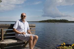 Örjan Comstedt har alltid trivts vid havet och bor i dag vid Mellanlårsviken där han gärna njuter av solen och en lätt havsbris.