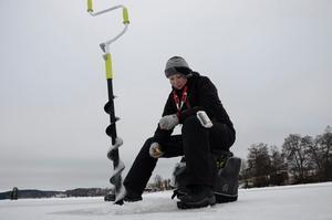 Från Norge. Tonje Hauger provar fiskelyckan i Sverige. 56 abborrar hittills är resultatet. Dåligt, tycker Tonje.