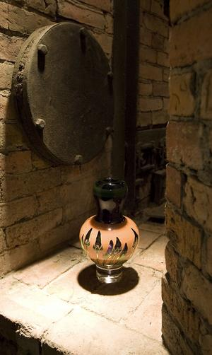 Fiffiga tekniska lösningar, som att låta ljuset stråla genom föremålens bas, åstadkommer underverk i den mörka masugnen.
