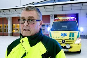 – Båda parter kommer att vinna på det här, säger Gert Thelin, ambulanssjukvårdare och fackligt arbetsplatsombud för Kommunal, med anledning av att landstinget backar och låter ambulanssjukvårdarna fasas ut