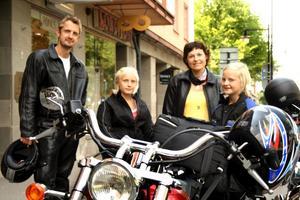 Blixtvisit. Göran, Ellen, Eva och Maja Ahlbin är på mc-semester och passar på att ta en glass i Hallsberg.