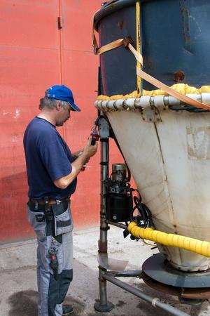 Behållaren för bekämpningsmedlet görs i ordning av tekniker Anders Gyldén.