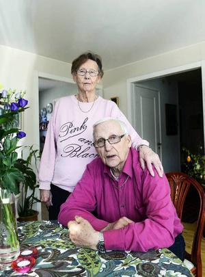 Efter misshandeln sent en natt den 20 april har Tage Eliasson svårt att sova och fru Aina oroar sig för att de ska bli ofredade igen.
