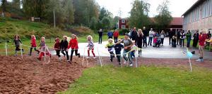 Lekplatsen invigdes genom att barnen fick springa genom de band som satts upp.