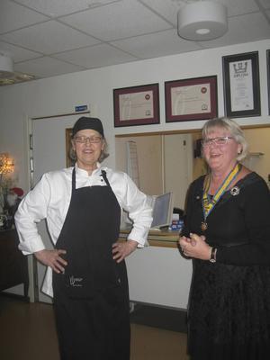 Klubbpresident Lillemor Thonfors presenterar Viola Adamsson, som sedan en tid driver Restaurang Smaker i Bollnäs.