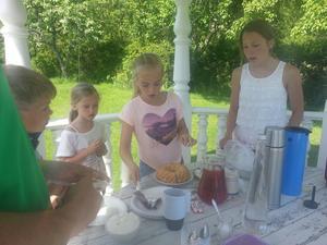 Barnen har Cafe`och säljer kaffe, saft och kaffebröd. Foto: Berit Markeryd