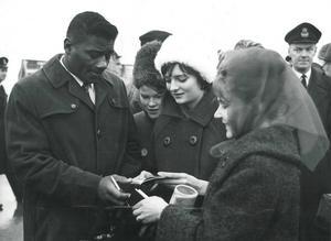 Var Floyd Patterson dök upp i Jämtland samlades ivriga autografjägare runt honom.