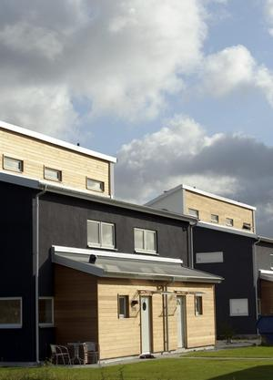 I nordligaste utkanten av Hovsta ligger en grupp parhus i modern funkisstil, ritade av Örebroarkitekten Stefan Samuelsson. De översta fönstren går till ett vindsutrymme som går att inreda.