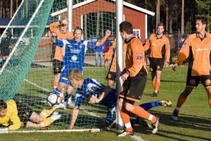 Rengsjös målfarlige mittback Robert Bronegård (liggande vid stolpen) forcerade in 2–0 på hörna när bottenlaget Ytterhogdal fick däng med hela 5–0.