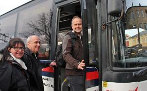 Lokala vänsterpartisterna Isa-Susanne Kenving och Rune Blixt tog bussen tillsammans med partiledare Jonas Sjöstedt. Foto: Eva Högkvist