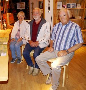 Resenärerna Anita Bengtsson, Kurt Andersson och Hasse Forsberg var imponerade av alla möbler i trä hos Wikners.   Foto Seved Johansson