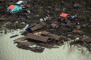 4 maj. Närmare 135 000 dör efter en cyklon i Burma. Ett omfattande hjälparbete inleds. Militärjuntan hindrar internationella hjälparbetare att komma in i landet.