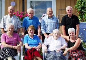 Den 6 augusti träffades syskonen Åslund hos äldsta systern Brita i Åsarna. Dagen efter bjöd på soligt väder, kaffe ute i det gröna och middag på Big Moose hotell. En trevlig dag då alla kunde samlas, meddelar Ingrid Lindström, Åsarna. På bilden ses i bakre raden från vänster Jöns, 78 år, John, 84, Olle, 79, Bengt, 74, Margit, 81, Brita, 87, Anna, 86 och Ingrid, 67. Sammanlagd ålder: 636 år.