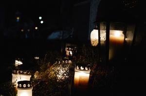 Vid vissa gravplatser var ljuslyktorna så många att de lyste upp den gröna mossan.