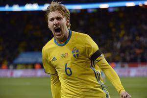 Emil Forsberg skriker ut sin glädje efter sitt första landslagsmål.
