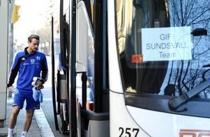Eric Larsson på väg in i bussen för att åka till söndagsförmiddagens träning.