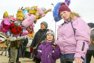 Grace Kelly Engelbrekt, 5 år från Gävle, skaffade en ballong tillsammans med mamma Antonia.