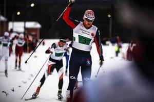 Saken är klar: Teodor Peterson saluterar Åsarnas första SM-tecken denna torsdag. Team Sprinten vann han tillsammans med Anton Karlsson.