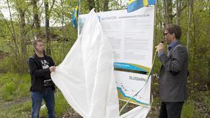 Marino Wallsten (S) och landshövdingen Håkan Wåhlstedt avtäckte den nya informationsskylten som står nära slussen.