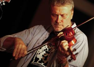 Puff bild? Spelmannen Per Gudmundson bjöd på virtuost fiolspel tillsammans med kollegorna i FMH-trio.