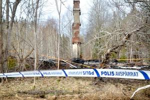 Endast murstocken återstår efter branden i ödehuset.